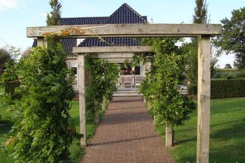 loofgang-in-landelijke-tuin